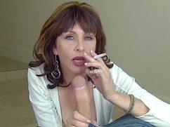 Курящая дамочка сосет торчащий пенис мистера