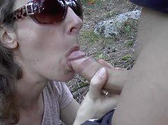 Трахает жену в лесу и пару раз меняет позиции