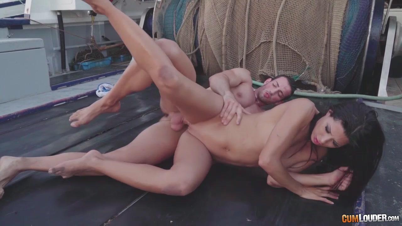 Бассейне грудастая девушка соблазнила парня на яхте деревня порно