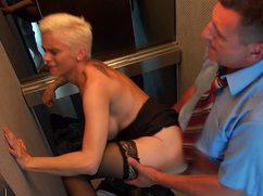 Прямо в лифте оттрахал в узкую жопу классную секретаршу