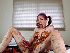 Плоская студентка измазалась жидким шоколадом