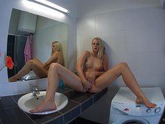 Девушка мастурбирует в ванной свое влагалище