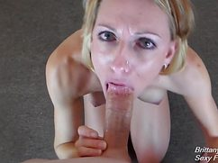 Блондинка встала на колени и проглотила мужской пенис ртом