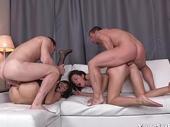 На белоснежном диване студентки отдаются парням в киски