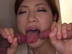 Раскрепощенная азиатка глотает члены друзей