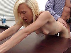 В пылающую киску блондинка отдается на работе директору