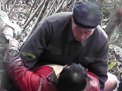 По быстрому и без прелюдий японцы трахаются в лесу