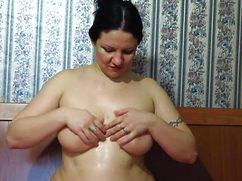 Упитанная дамочка делает массаж груди на дому