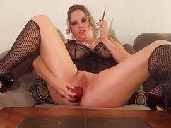 Беловолосая дама курит и мастурбирует пилотку вибратором