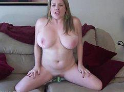 На сером диване сисястая жена мастурбирует пилотку