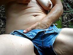 Рады крутого оргазма бабуля мастурбирует на природе сейчас
