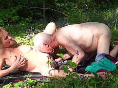 В летнем лесу дед подрочил на женщину хрен