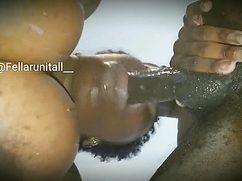 Чернокожий бой проникает в рот негритянки членом