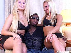 Две шикарные блондинки развлекаются с чернокожим