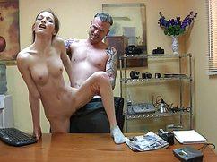 Начальник с секретаршей ебутся на работе в офисе