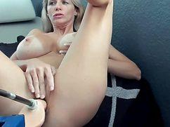 Красивая блондинка кончила от секс машины дома