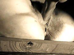Возбужденный мужик накончал в киску жене с члена