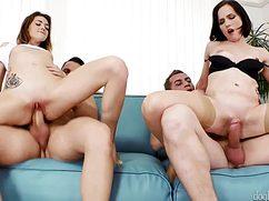 Ненасытные парни проникают в пилотки подружек на диване