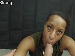 Негритянка наяривает ртом пенис у кровати