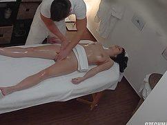 По желанию клиентки массажист лапает киску руками