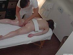Немного поразмыслив девушка отдалась массажисту