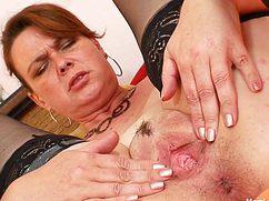 Взбудораженная мамка мастурбирует вагину руками и игрушкой