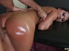 Намасленная сучка получает секс в массажном кабинете
