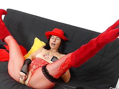 Неудовлетворенную киску мадам в шляпе мастурбирует игрушкой