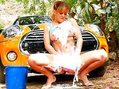 Эффектная телочка моет машину и пизду одновременно