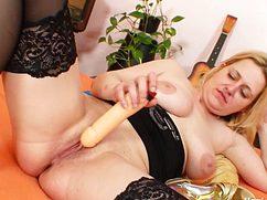 Отыскав под кроватью вибратор жена мастурбирует пилотку