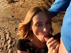 Во время прогулки сует в рот на пляже подруге