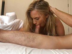 С самого утреца блондинка разбудила парня минетом