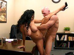 Опытная секретарша порадовала босса аналом в офисе