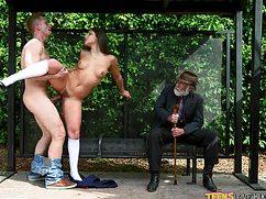 Козочка со своим парнем трахаются на автобусной остановке рьяно