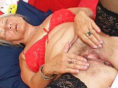 Сморщенную пилотку бабушка мастурбирует пальчиками