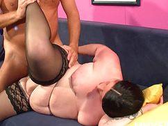 Опытный шалун засадил толстой жене перед сном
