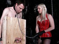 Блонда в корсете дрочит связанному член и бьет его