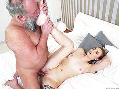 Ради оценки девушка трахается с дедом на большой кровати
