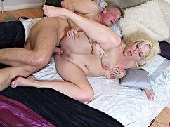 С другом супруга мамка ебется в киску на домашней кровати