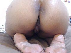 Устроившись перед вебкой на кровати телка показывает голую жопу