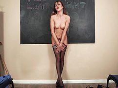 Голая училка на уроке устраивает стриптиз