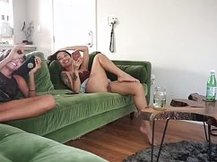 Полуголые милочки курят и разговаривают на диване