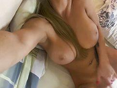 Татуированная секси леди сняла свою мастурбацию на камеру