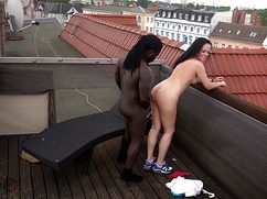 Немного экстремальная девушка трахается с негром на крыше