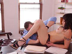 Сексапильная брюнетка ебется на работе с руководителем