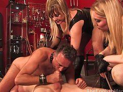 Коварные женщины с плетками доминируют над двумя мужиками