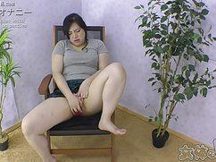 На стульчике в комнате японка подрочила киску