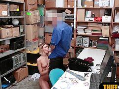 Охранник трахнул девушку в подсобном помещении