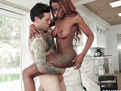 Шоколадная баба катается на большом члене татуированного
