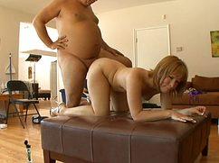 За определенную сумму жирный трахает женщину в пилотку